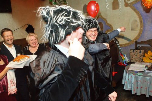 """Серпантин идей - Костюмированное поздравление на юбилее мужчины """"Ткачихи с подарками""""  // Веселое поздравление для мужчины в стиле советского времени"""